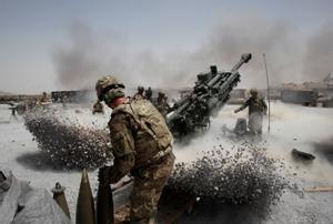 Soldados estadounidenses lanzan fuego de artillería en la provincia afgana de Kandahar en junio 2011.