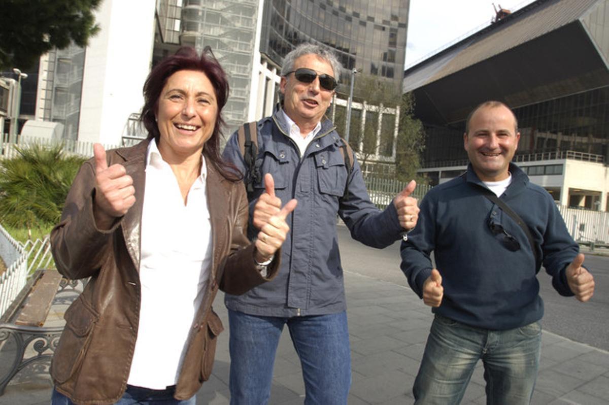 La cuñada de Óscar, Ángela; su hermano José Antonio, y su primo, Juan Fernández, celebran la absolución.