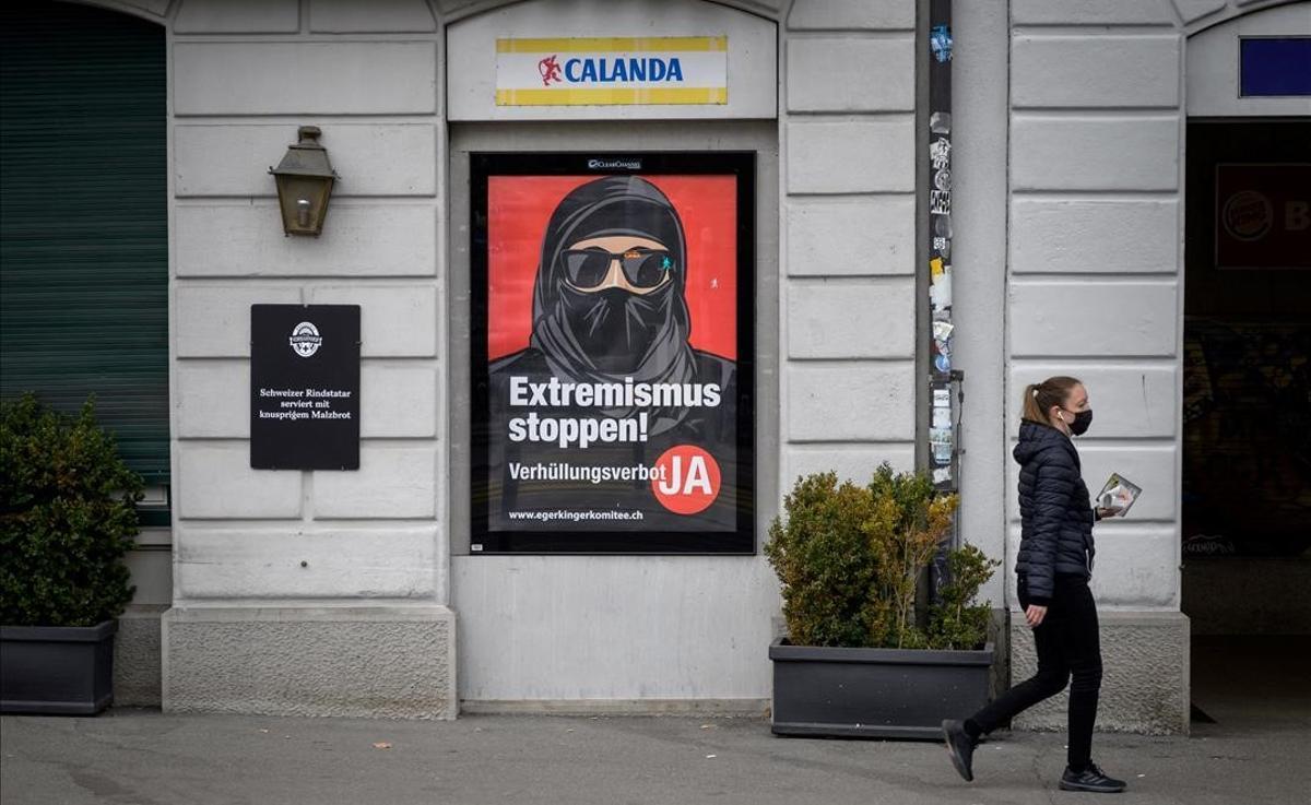 Cartel a favor de la prohibición del 'burka' en Suiza, en una calle de Zúrich.