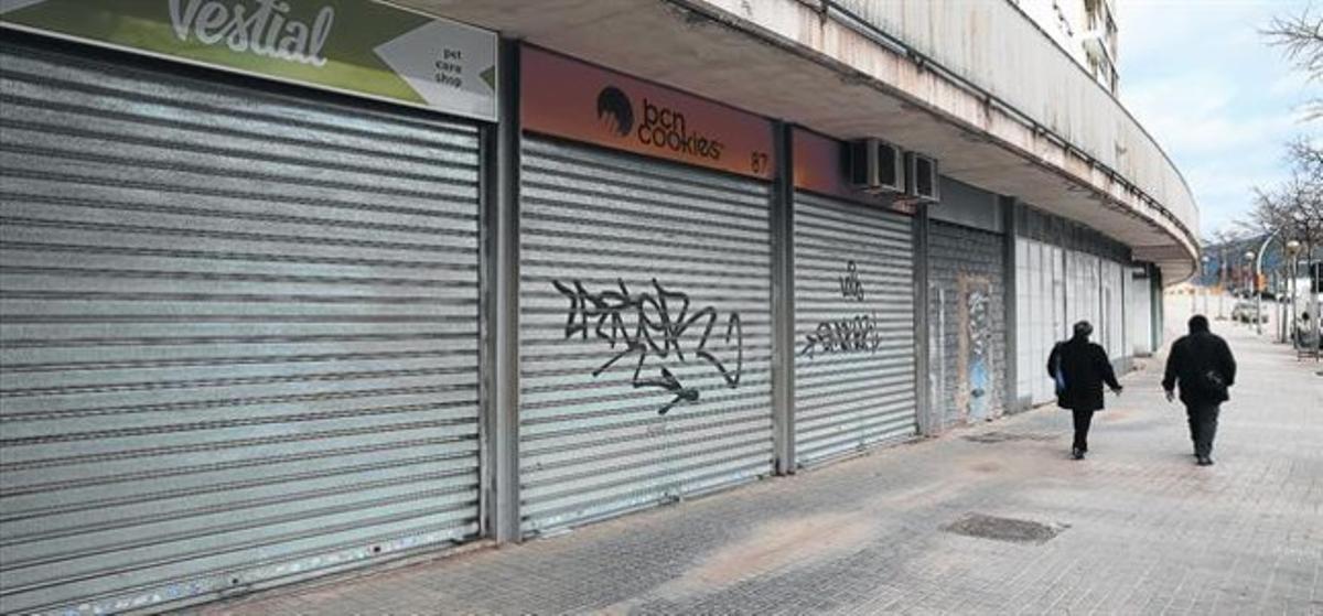 Bajos sin actividad comercial en la calle de Tamariu, en Trinitat Nova.