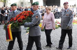 """Merkel recorda l'""""obligació de desobeir"""" la tirania"""