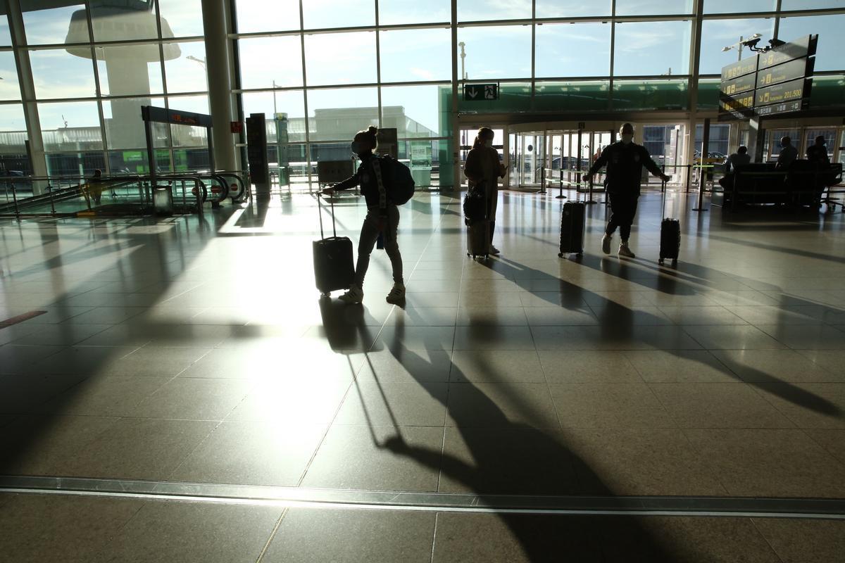 Viajeros en la T1 del aeropuerto de Barcelona, en noviembre del año pasado.