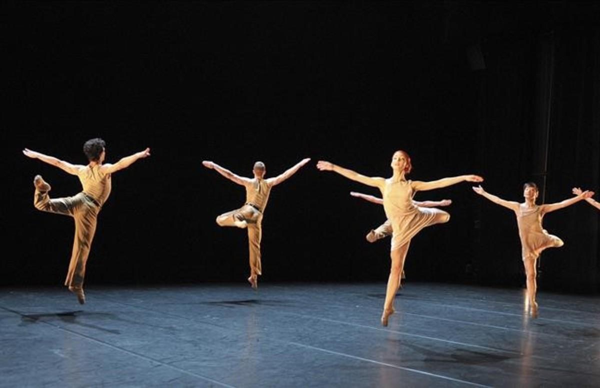 Bailarines de la compañía de AngelinPreljocaj en una escena de 'La Stravanganza'.