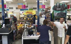 Daños al interior de una tienda por un terremoto en Panamá.
