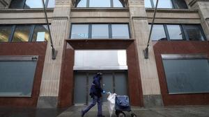 Un empleado postal pasa delante del edificio de Facebook en Manhattan (Nueva York), este miércoles.