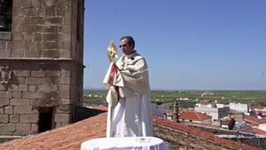 El cura de Arroyo de la Cruz (Cáceres) celebra el corpus desde el tejado de la iglesia.