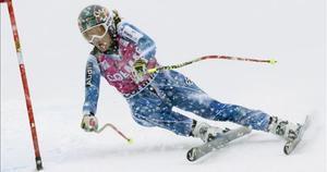 Carolina Ruiz pasa una puerta en Cortina d'Ampezzo.