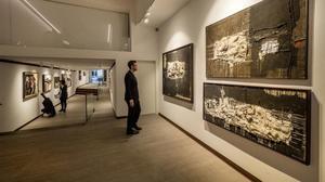 Una imagen de la exposición en la galería Mayoral con las tres piezas que estuvieron en la Bienal de Venecia de 1958 en primer plano.