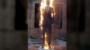 Crema a Berga el ninot de Felip VI presentat a Arco
