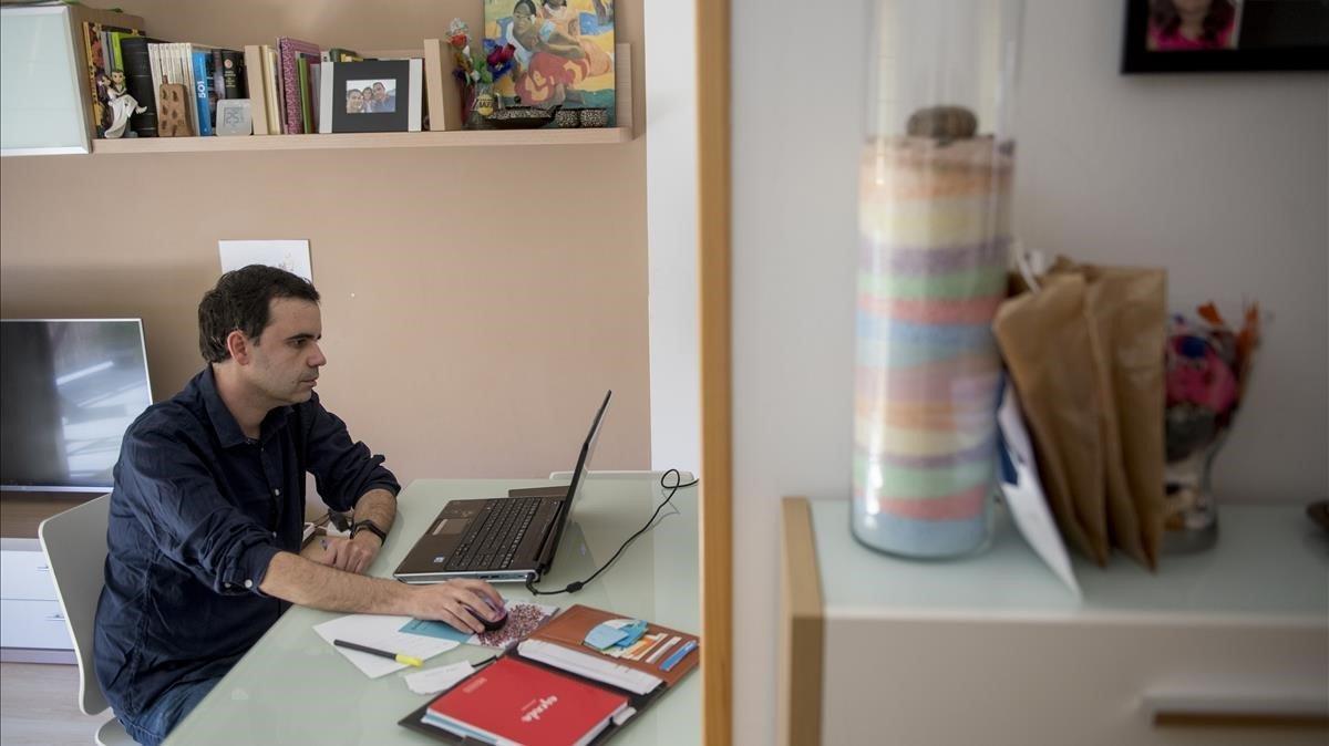 El profesor José Ramón Albiach trabaja con el ordenador desde el que imparte clases on line.