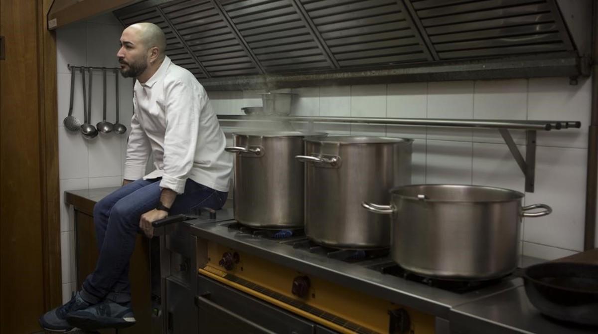 Artur Martínez, sentado en la pequeña cocina de Capritx.