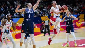 Silvia Domínguez culmina un contrataque en el partido ante Eslovaquia