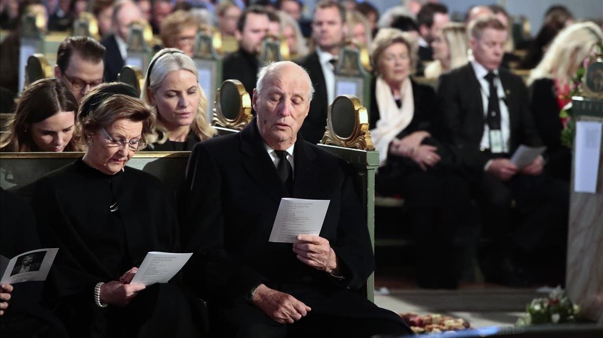 Los reyes Harald y Sonia, en el funeral.