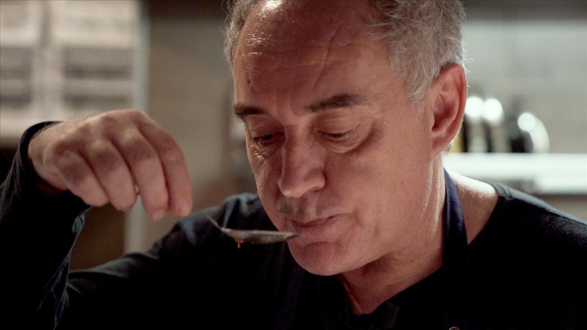 Ferran Adrià, catando un plato.