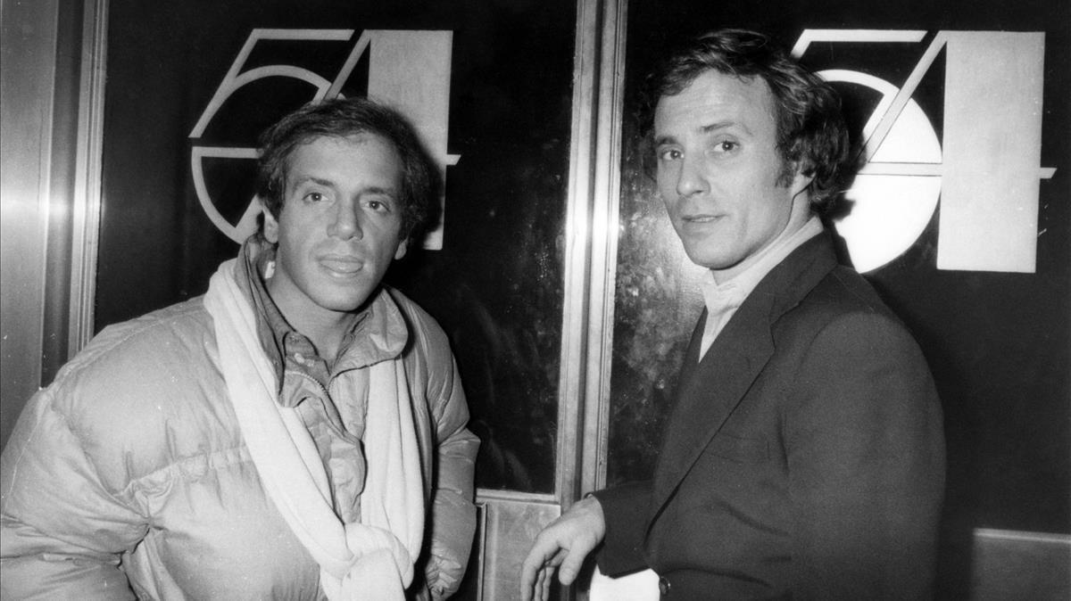 Steve Rubell y Ian Schrager, fundadores de Studio 54, en la puerta de la discoteca, en 1978.