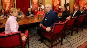 Adela Carrió (UGT) y Francisco Carbonero (CCOO), en primer término, durante la reunión con los gruposparlamentarios.
