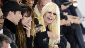 La diseñadora Donatella Versace ha revelado en una entrevista que su marca ya no utilizará más pieles.
