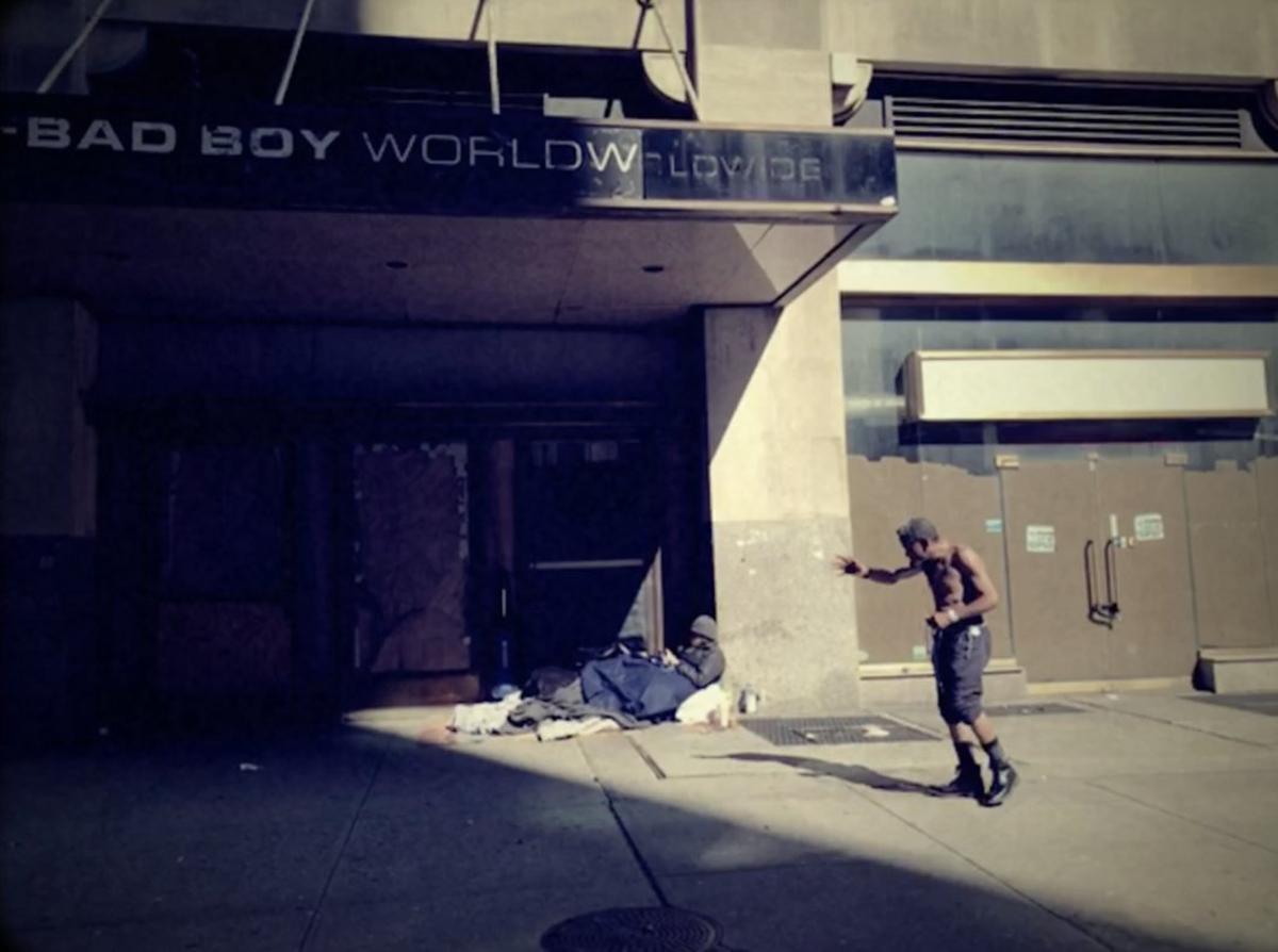 Un hombre sin hogar, frente al edificio Bad Boy Worldwide.