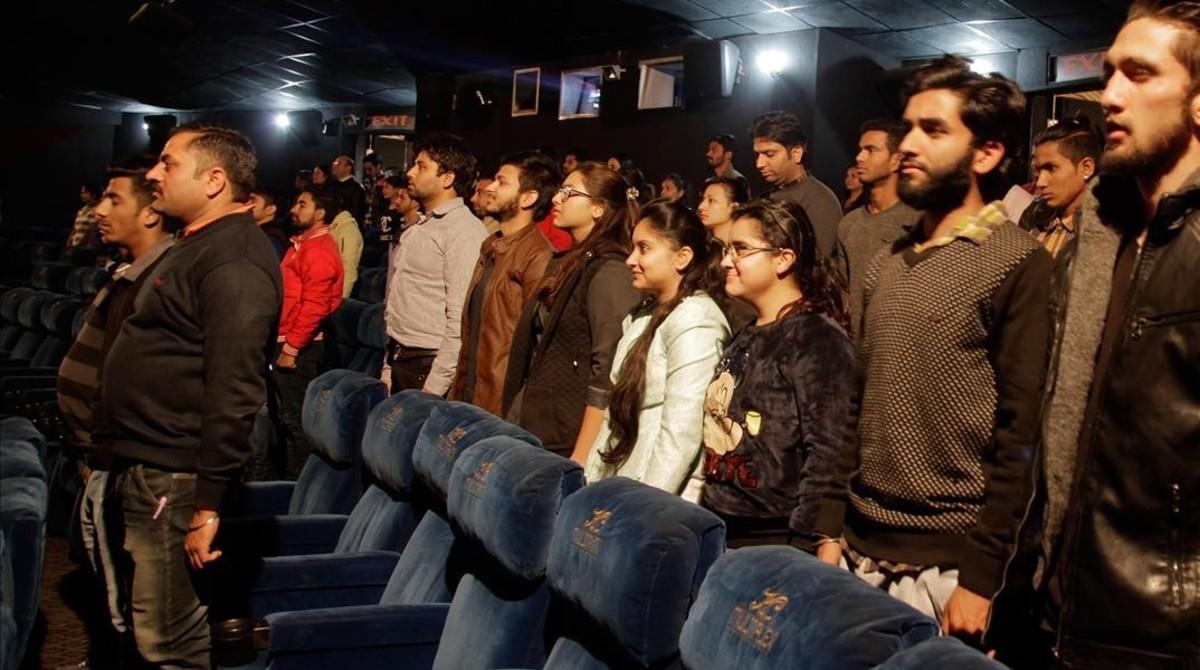 Asistentes a un cine escuchan de pie el himno nacional antes de la proyección de la película, en Jammu (India), el 13 de diciembre.