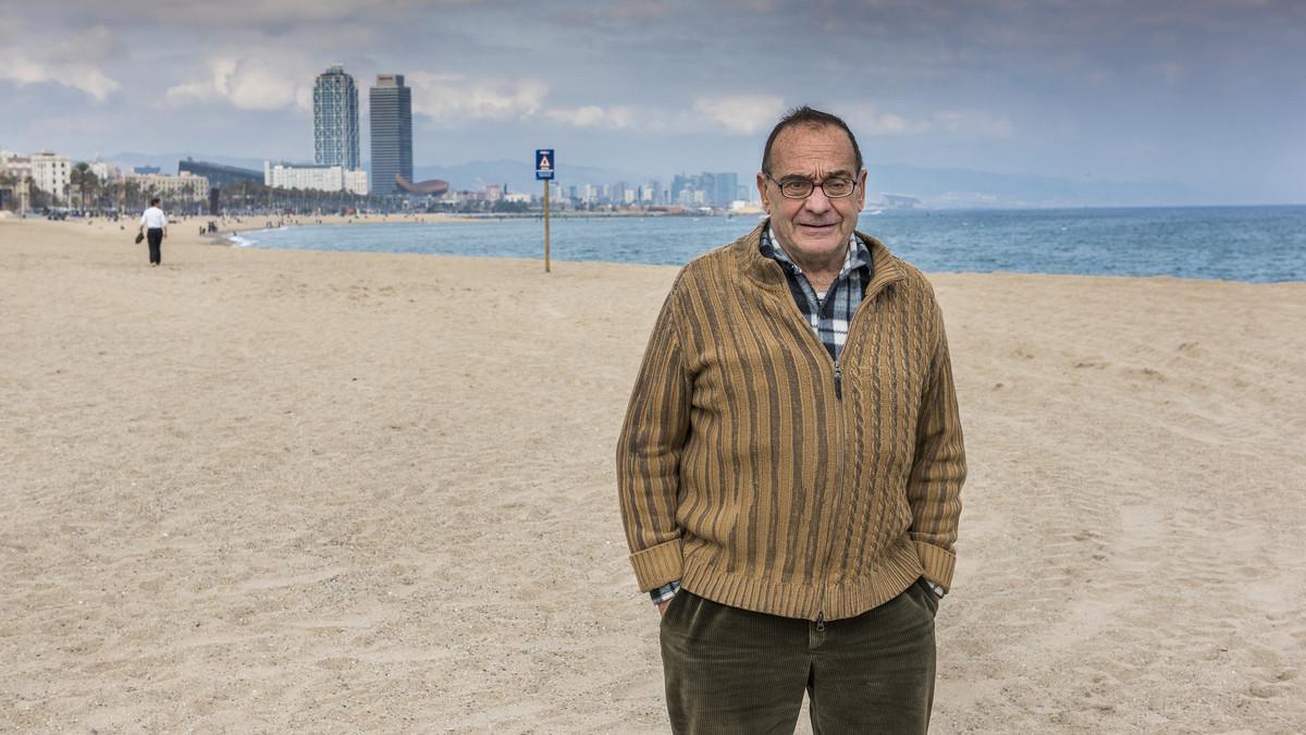 El pare Manel posa en la playa de la Barceloneta, que el religioso ha escogido para el Museo Imaginario de 'On Barcelona'.