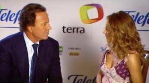'Hormigas Blancas' recupera el incómodo momento de Emma García cuando Julio Iglesias intentó seducirla en directo