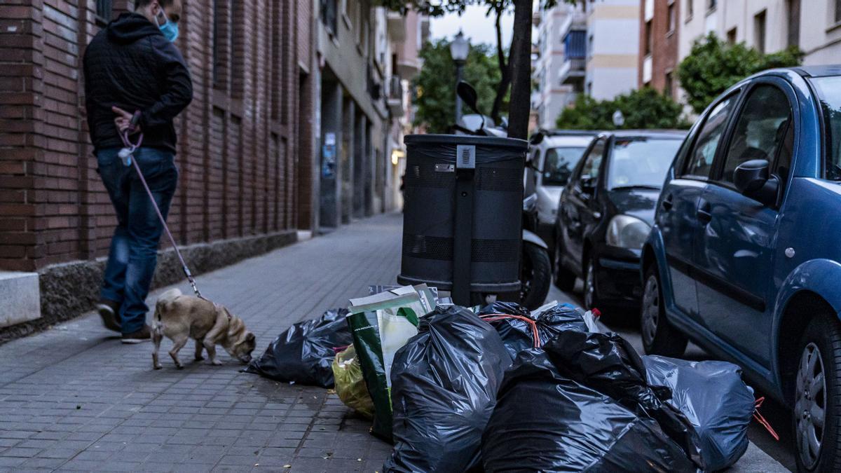 Bolsas de basura mal separadas en Sant Andreu, durante el primer día de recogida puerta a puerta
