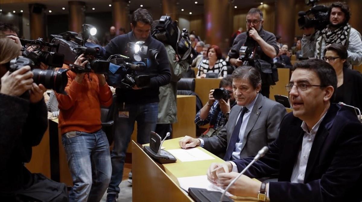 El presidente y el portavoz de la gestora del PSOE, Javier Fernández y Mario Jiménez, en el Congreso, este lunes.