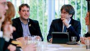 David Bonvehí y Carles Puigdemont, en una reunión del PDECat en Bruselas.