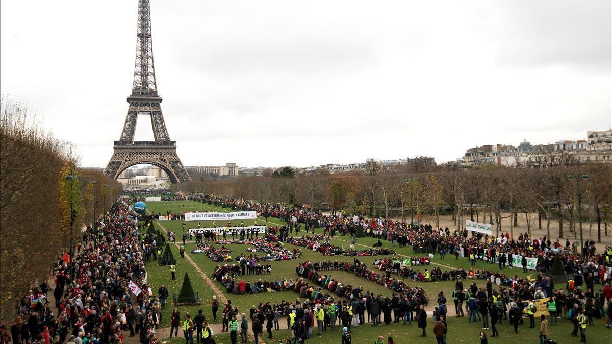 Quinto aniversario del Acuerdo de París sobre el cambio climático. En esta foto de archivo tomada el 12 de diciembre de 2015, varias Organizaciones No Gubernamentales (ONG) se reúnen para formar una cadena humana en los Campos de Marte cerca del Torre Eiffel.
