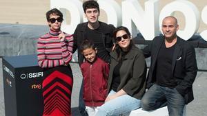 De izquierda a derecha, Greta Fernández, Àlex Monner, Tomás Martín, Belén Funes y Eduard Fernández, tras la presentación de 'La hija de un ladrón' en San Sebastián