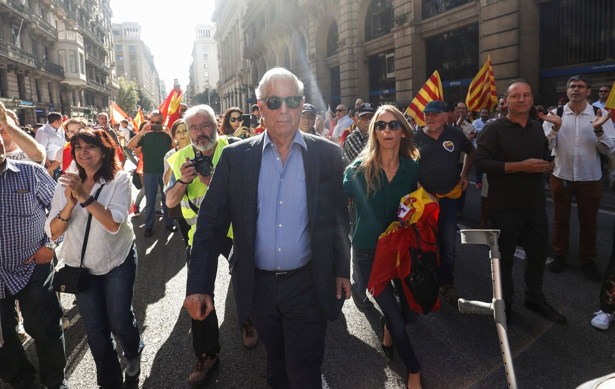 Peruvian Nobel laureate Mario Vargas Llosa attends a pro-union demonstration organised by the Catalan Civil Society organisation in Barcelona, Spain, October 8, 2017. REUTERS/Juan Medina