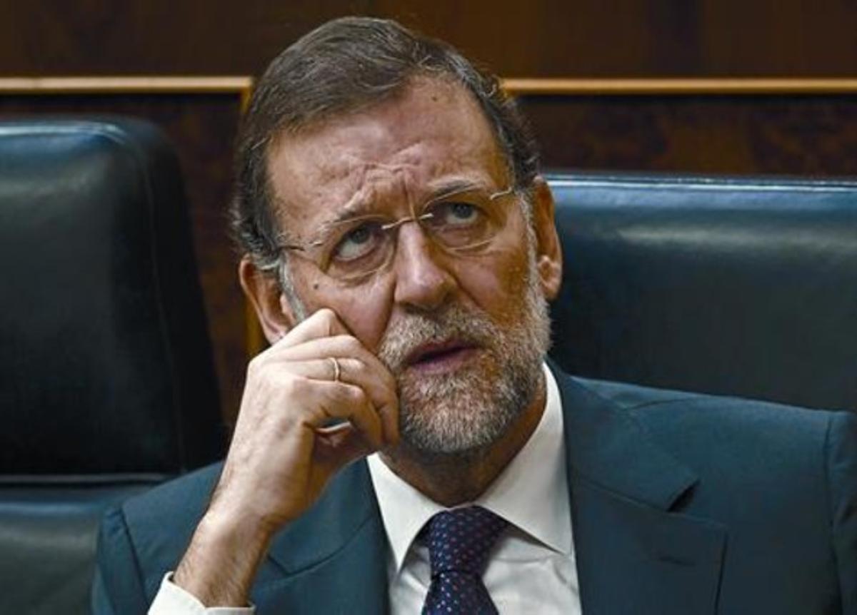 El presidente del Gobierno, Mariano Rajoy, asiste desde su escaño al debate de convalidación de su plan de ajustes, ayer en el Congreso.