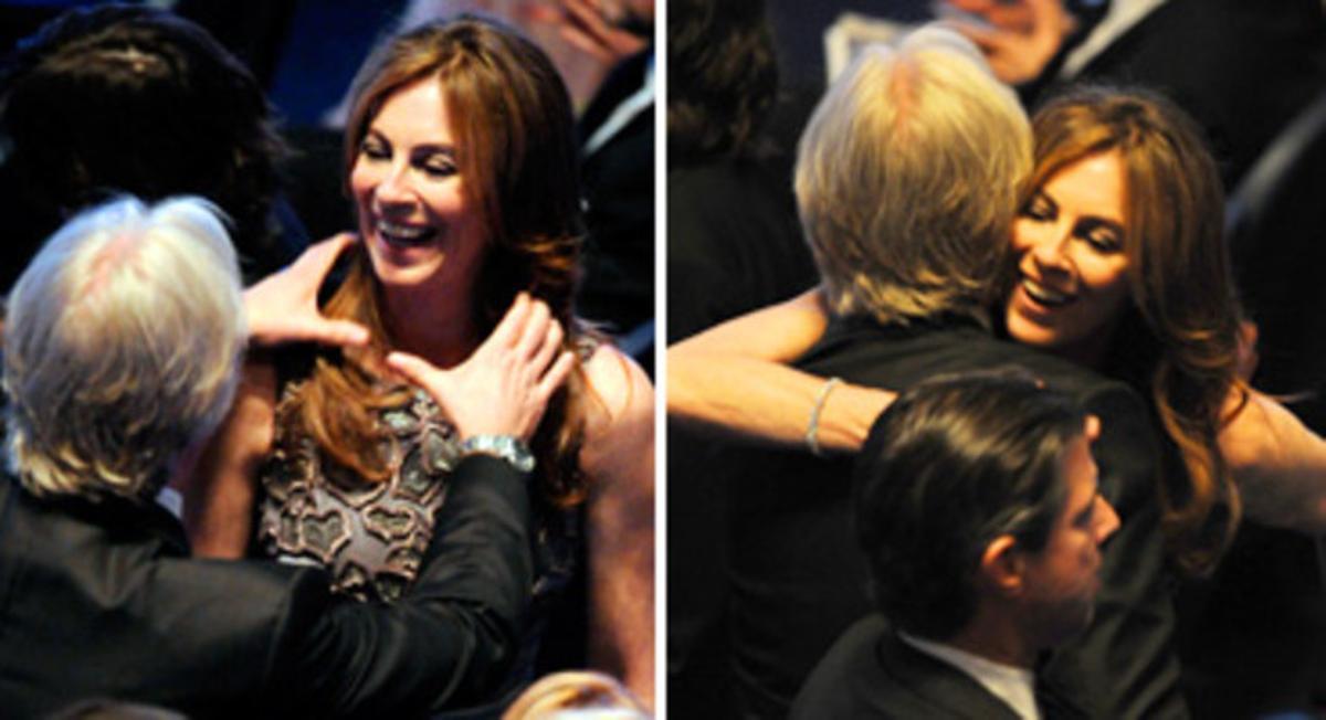 DEL ESTRANGULAMIENTO AL ABRAZO. James Cameron, exmarido de Bigelow y rival por la estatuilla, felicita a la directora tras su éxito.
