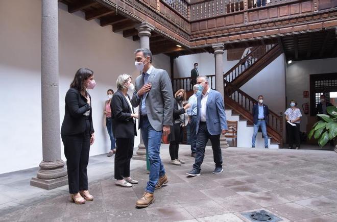 El presidente del Gobierno, Pedro Sánchez, y el presidente canario, Ángel Víctor Torres (2d), saludan a su llegada a una reunión con miembros del Consejo de Gobierno de Canarias para abordar la situación en la isla de La Palma tras la erupción del volcán, este 24 de septiembre de 2021.