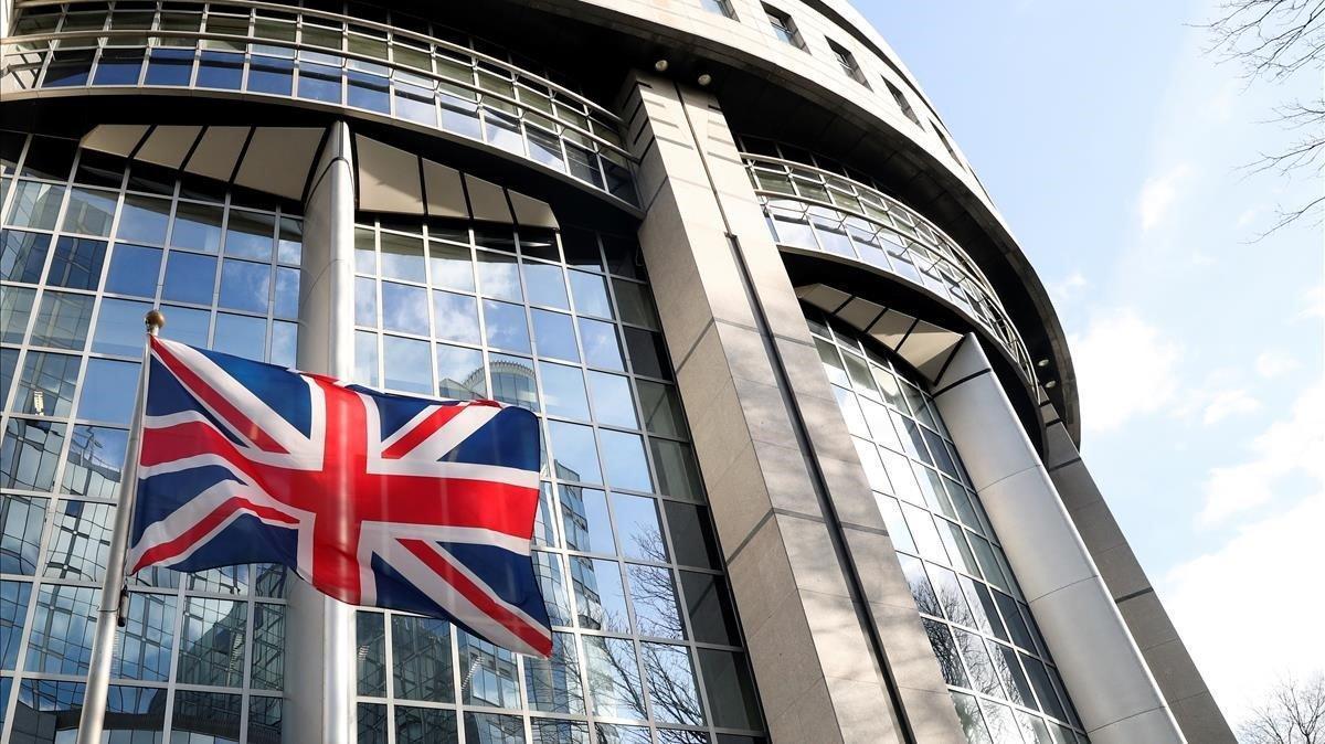 La bandera británica ondea este miércoles junto al Parlamento Europeo.