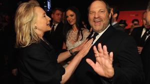 Hillary Clinton bromea con Harvey Weinstein, en Nueva York, en el 2012.