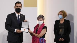 Torrent entrega la medalla del Parlament a Dolors Arnau, en representación de todo el colectivo sanitario.