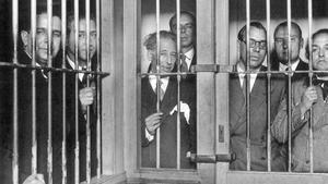 MD51 - MADRID, 28-11-02.- Los miembros del Consejo de la Generalitat de Cataluña presos en la cárcel Modelo, tras los sucesos del 6 de octubre de 1934, imagen recogida en el libro Alfonso. Cincuenta años de fotografía de España, realizado por el fotohistoriador Publio López Mondéjar y editado por Lunwerg, un libro-testimonio con 350 imágenes, de las que cerca de 300 son absolutamente nuevas, ya que solo eran conocidas por los lectores de revistas de la época en las que fueron publicadas y que fue presentado hoy en Madrid. De izq. a dcha. Pedro Mestres, Martí Esteve, Lluis Companys, Joan Lluhí, Joan Comorera, Martí Barrera y Ventura Gassol. EFE/ARCHIVO GENERAL DE LA ADMINISTRACION/bal