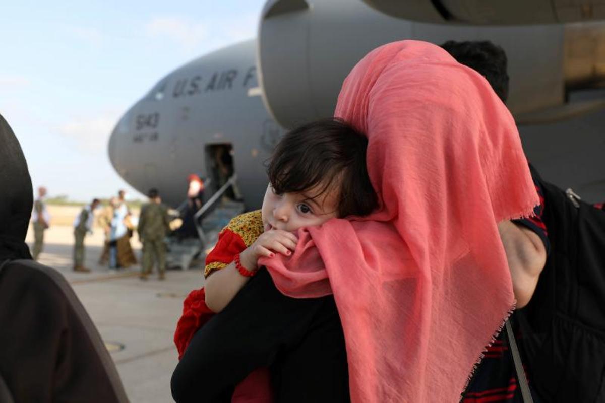Evacuados de Afganistán observan el desembarco de otro avión después de aterrizar en la base de Rota, Cádiz, el pasado 27 de agosto de 2021.