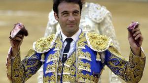 Enrique Ponce da la vuelta al ruedo, en la plaza de toros de Murcia.
