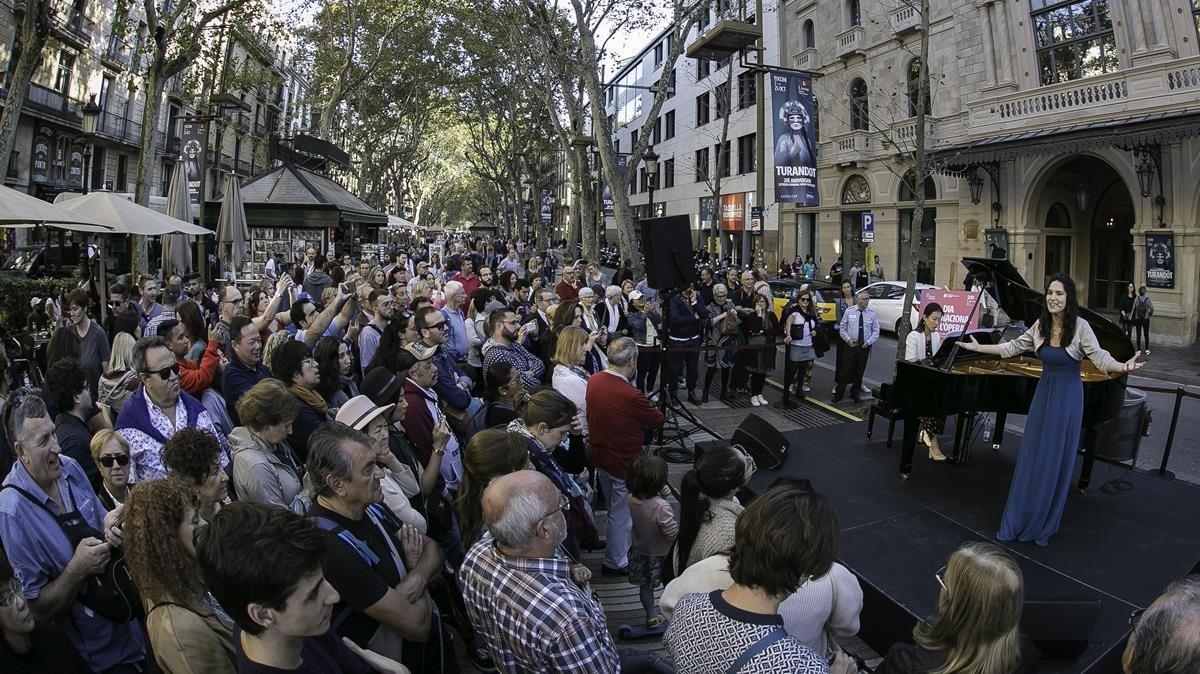 Actuación en la Rambla organizada por el Liceu para celebrar el Día Mundial de la Ópera y contribuir a recuperar la normalidad cultural en Barcelona, este viernes.