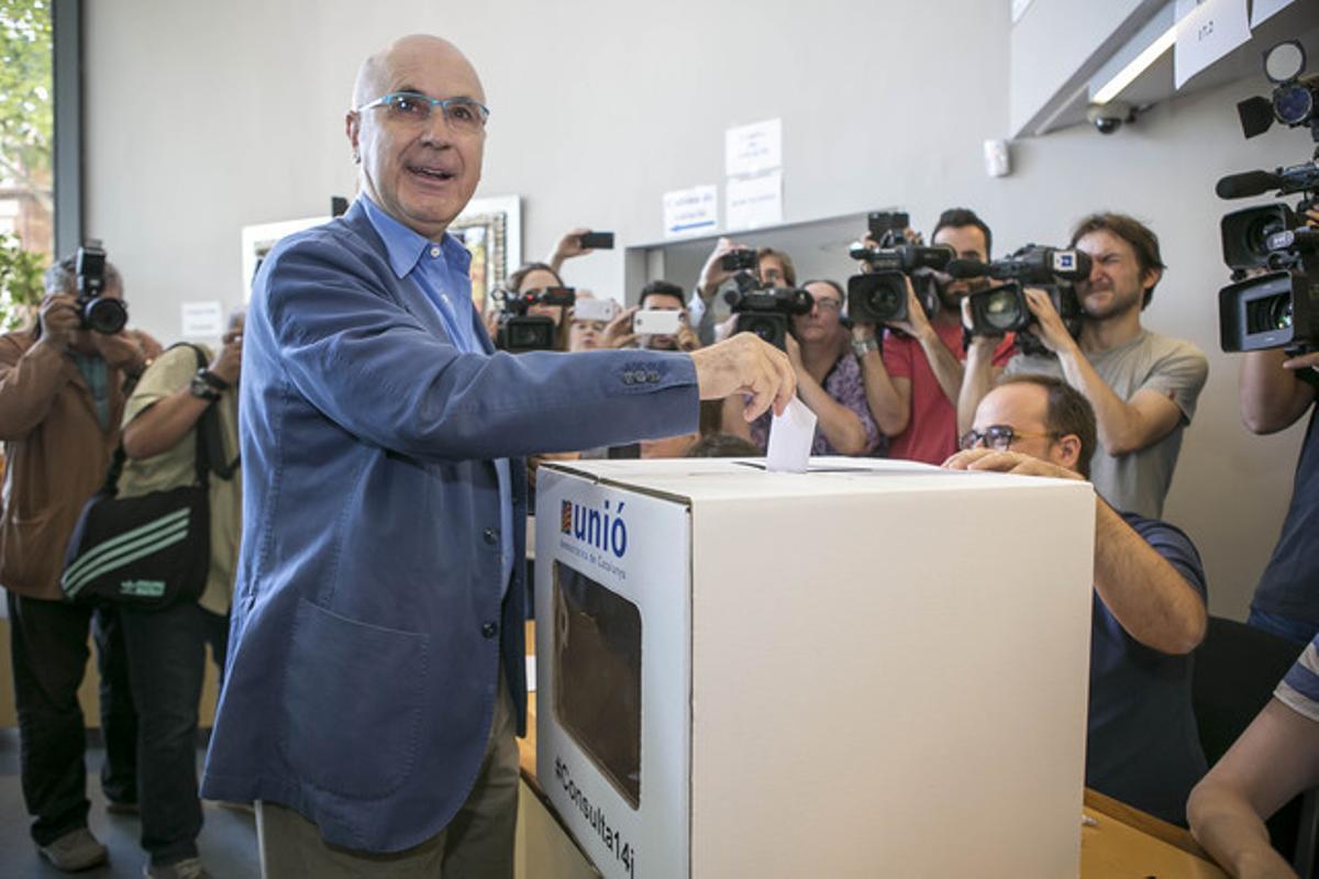 Josep Antoni Duran Lleida deposita su voto en la sede de Unió de la calle de Nàpols, el pasado domingo, 14 de junio, en la consulta interna de los democristianos.