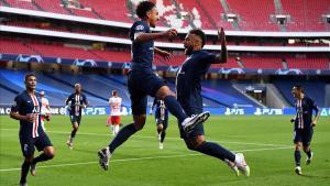 Marquinhos y Neymar celebran el primer tanto del PSG, en Lisboa.