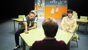 Pau Roca y Carlota Olcina escucha a Pol López, de espaldas, en una escena de 'Classe'.