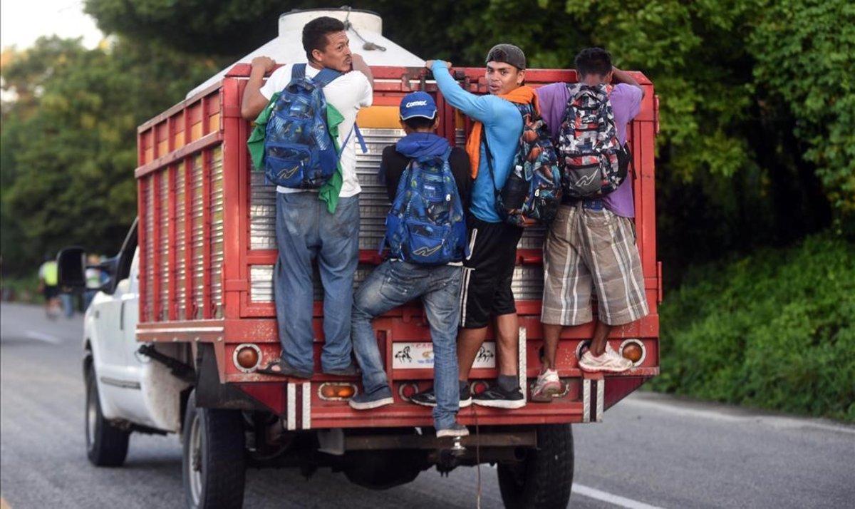 Inmigrantes hondureños en un camión que circula por México rumbo a EEUU.