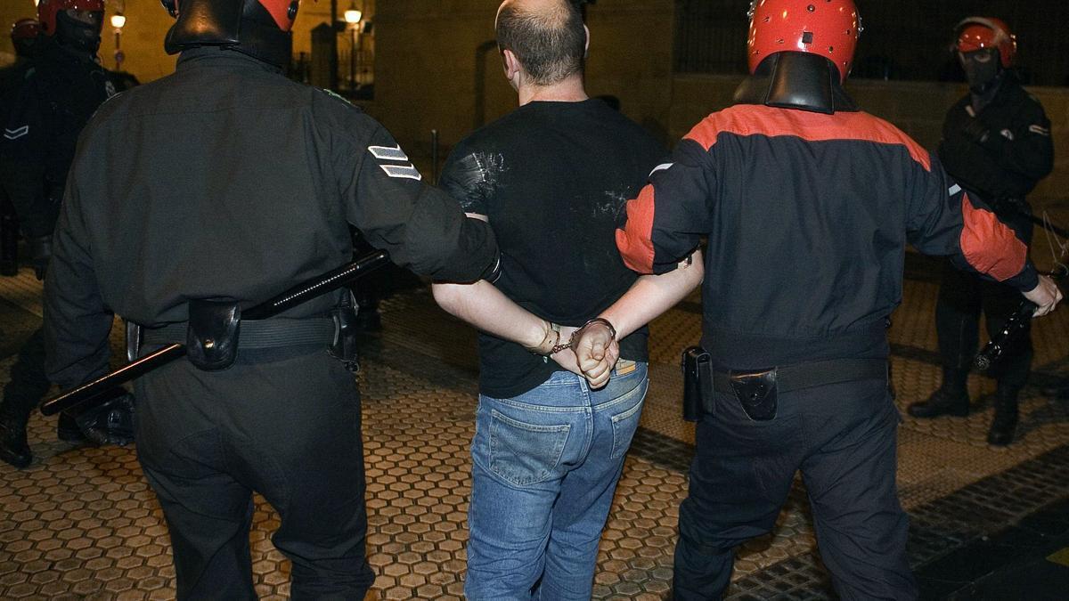 Miembros de la Ertzaintza detienen a un hombre en una imagen de archivo