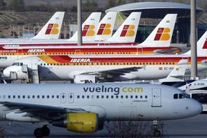 Aviones de Vueling y de Iberia, en el Aeropuerto Madrid-Barajas.
