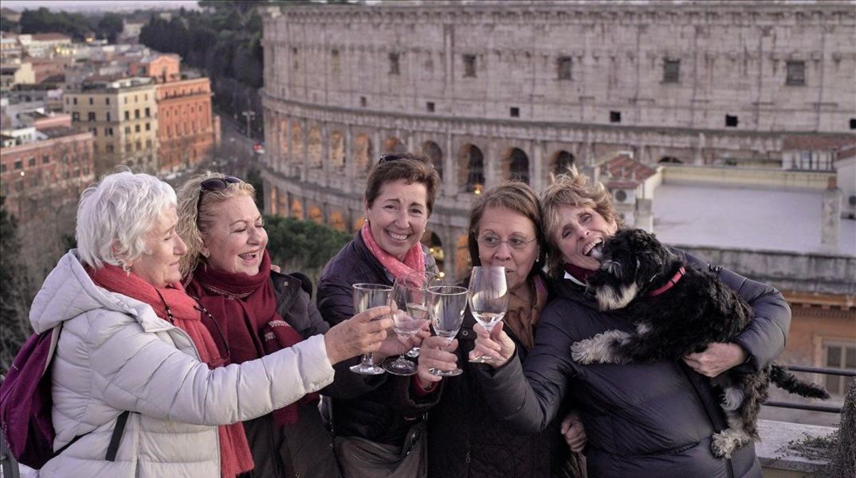 Mercedes Milá, en Roma, con sus excompañeras de colegio en el capítulo 'Curso del 68', de 'Scott y Milá' (Movistar+).