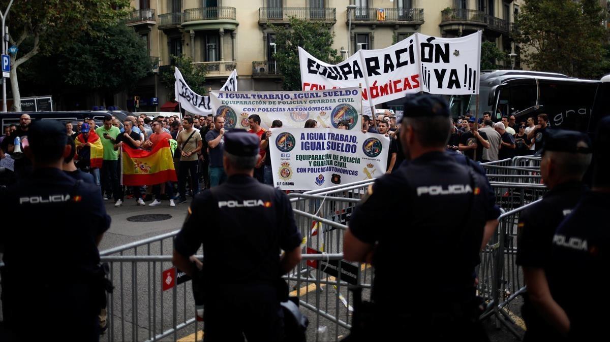 Manifestaciónpolicial frente a la Delegacióndel Gobierno en Barcelona.