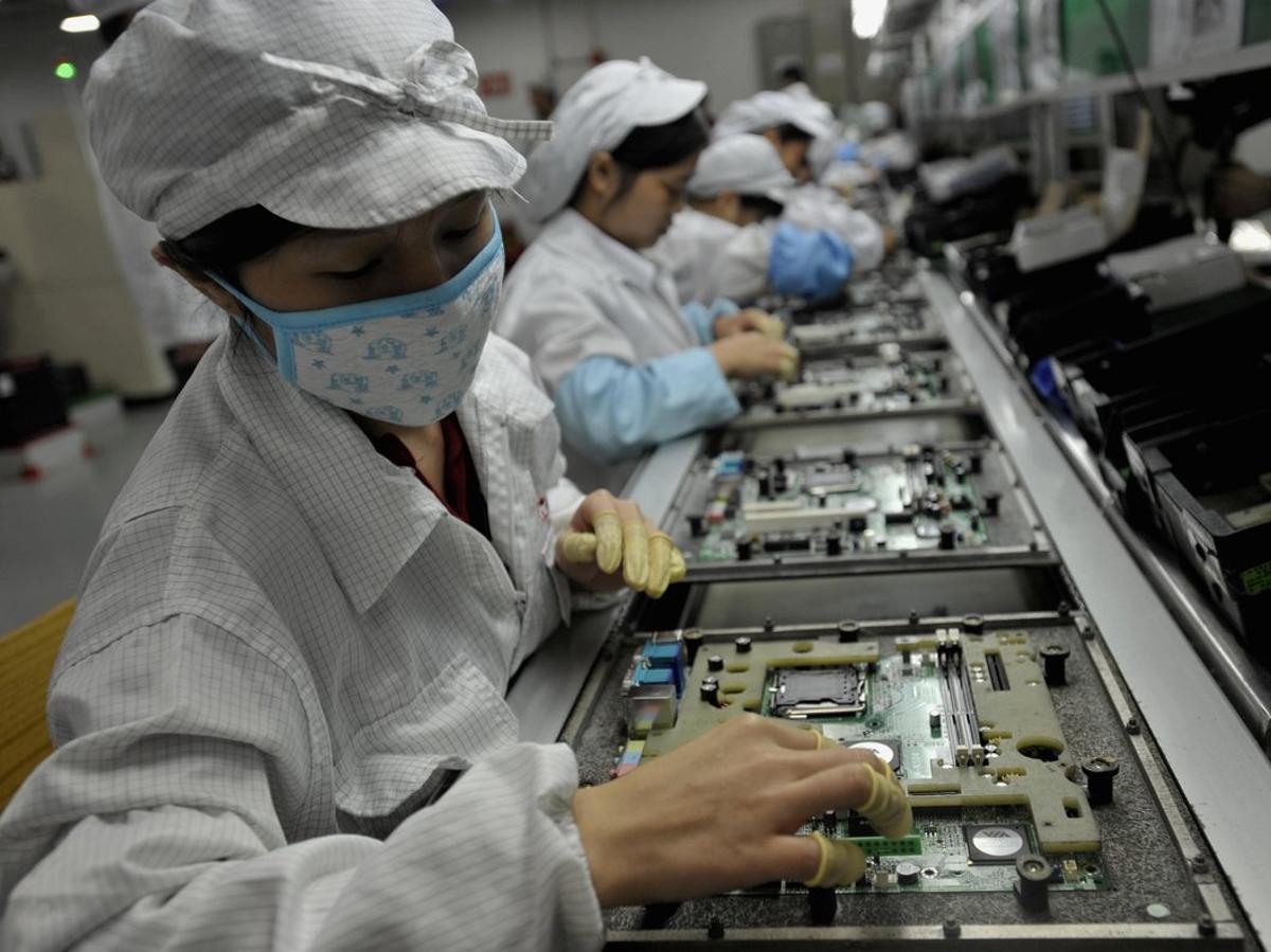 Trabajadores en una planta de Foxconn en Shenzhen, China.